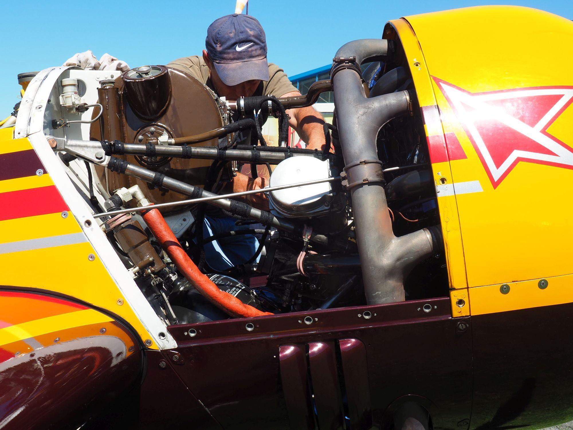 Údržba motoru Suchoje 31 MX ruského týmu